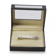 A diagonal line design marks this men's silvertone tie bar. This cool tie clip and gift box set provides a finished look in a contemporary design.